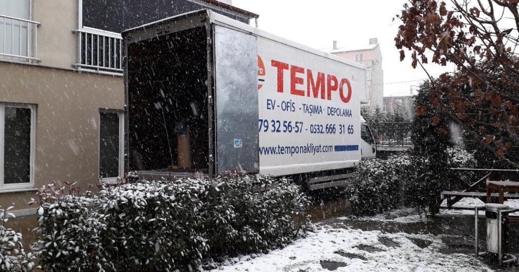 Tempo Evden Eve Nakliyat firmasının aracı karlı bir havada eşya taşırken